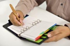 Biznesowego mężczyzna Writing Na agendzie Zdjęcie Royalty Free