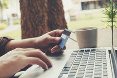 Biznesowego mężczyzna zapłaty kredytowa karta z laptopem na drewnianym stole vi Obraz Stock