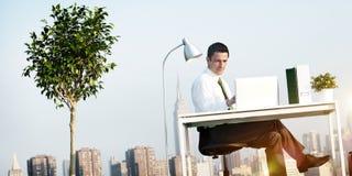 Biznesowego mężczyzna zieleni dachu Biurowy pojęcie fotografia royalty free