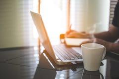 Biznesowego mężczyzny analiza na laptopie i działanie obraz stock