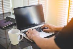 Biznesowego mężczyzny analiza na laptopie i działanie zdjęcia stock