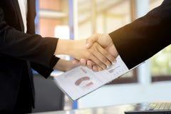 Biznesowego mężczyzny Handshaking Biznesowe kobiety fotografia royalty free