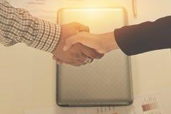 Biznesowego mężczyzny Handshaking Biznesowe kobiety obrazy royalty free