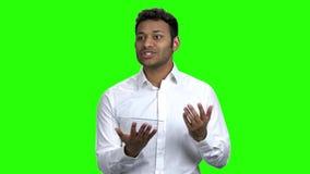 Biznesowego mężczyzny mówca używa futurystyczną cyfrową pastylkę zdjęcie wideo