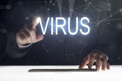 Biznesowego mężczyzny macania ekran z «wirusów pisać obraz stock