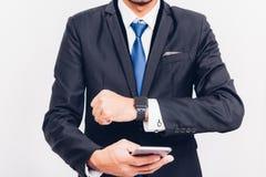 Biznesowego m??czyzny noszony m?drze zegarek na r?ce i nim jest synchronizacji smarteatch smartphone obraz stock