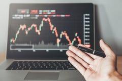 Biznesowego mężczyzny przedsiębiorcy handlu Inwestorski dyskutować i analiza wykresu rynek papierów wartościowych handel, akcyjny zdjęcia stock
