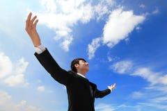Biznesowego mężczyzna beztroskie szeroko rozpościerać ręki Zdjęcie Stock