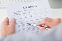 Biznesowego mężczyzna czytania kontrakt Zdjęcia Royalty Free