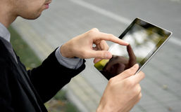 biznesowego mężczyzna ekranu pastylki dotyka używać Obraz Royalty Free