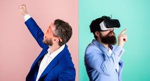 Biznesowego narzędzia nowożytna technologia Istna zabawa i wirtualna alternatywa Mężczyzna z brodą w VR szkłach i louvered zdjęcia royalty free