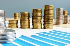 biznesowego pojęcia odosobniony sukcesu biel dochodowość Sterta monety i pieniężna mapa zdjęcie stock