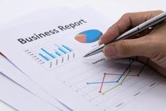 Biznesowego raportu i mężczyzna ręka Zdjęcie Stock