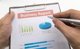 Biznesowego raportu i mężczyzna ręka Fotografia Royalty Free