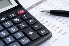 Biznesowego raportu kalkulator Zdjęcia Royalty Free
