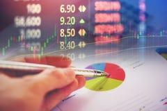 Biznesowego raportu mapy narządzania wykresów kalkulatora zapasu wykresy i numerowy pokazu ekranu Zbiorczy raport w statystykach  zdjęcia royalty free