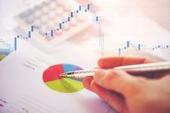 Biznesowego raportu mapy narządzania wykresów kalkulatora zapasu wykresy, numerowy pokazu ekran i Zbiorczy raport w statystykach/ fotografia royalty free