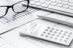 Biznesowego raportu narządzanie z kalkulatorem i szkłami na biurowym tle zdjęcia stock