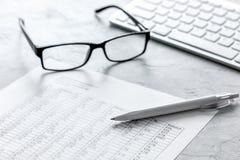 Biznesowego raportu narządzanie z kalkulatorem i szkłami na biurowym tle obraz stock