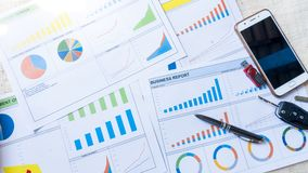 Biznesowego raportu oświadczenie z wykresu i dane analizą fotografia stock