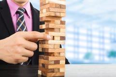 Biznesowego ryzyka pojęcie z drewnianą jenga grze Obrazy Royalty Free
