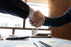 Biznesowego spotkania zgody uścisku dłoni pojęcie, ręki mienie, po tym jak wykończeniowy w górę rozdawać projekt lub tranzakcja s zdjęcie royalty free