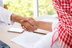 Biznesowego sukcesu pojęcie: arabscy ludzie biznesu spotyka drużynową normę zdjęcia royalty free