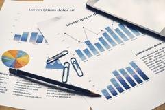Biznesowego wykresu analizy raport Pieniężny statystyki atrapy repor fotografia royalty free
