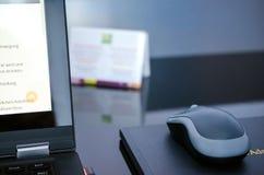biznesowej biznesmena coffeeb komputerowej laptopu życia biura sekretarki porcja uśmiechnięty działanie fotografia royalty free