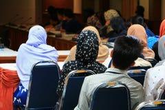 Biznesowej edukaci stażowa konferencja w pokój konferencyjny wybiórki ostrości z płytką głębią pole zdjęcia royalty free