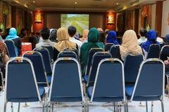 Biznesowej edukaci stażowa konferencja w pokój konferencyjny wybiórki ostrości z płytką głębią pole obrazy stock