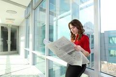 biznesowej gazety czytelnicza kobieta Obrazy Stock