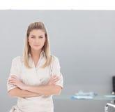 biznesowej kamery ufna przyglądająca kobieta zdjęcie stock