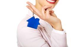 Biznesowej kobiety agent nieruchomości z domowym breloczkiem Zdjęcia Stock