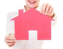 Biznesowej kobiety agenta nieruchomości mienia czerwieni papieru dom. Zdjęcie Stock