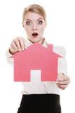 Biznesowej kobiety agenta nieruchomości mienia czerwieni papieru dom Fotografia Royalty Free