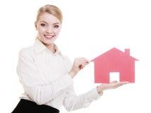 Biznesowej kobiety agenta nieruchomości mienia czerwieni papieru dom Fotografia Stock