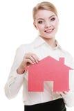 Biznesowej kobiety agenta nieruchomości mienia czerwieni papieru dom Obraz Royalty Free
