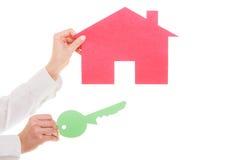 Biznesowej kobiety agenta nieruchomości mienia czerwieni papieru domu klucz Fotografia Stock