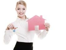 Biznesowej kobiety agenta nieruchomości mienia czerwieni papieru domu klucze Zdjęcia Stock