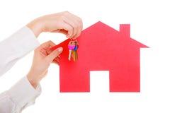 Biznesowej kobiety agenta nieruchomości mienia czerwieni papieru domu klucze Obraz Royalty Free