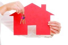 Biznesowej kobiety agenta nieruchomości mienia czerwieni papieru domu klucze Fotografia Royalty Free