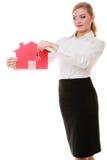 Biznesowej kobiety agenta nieruchomości mienia czerwieni papieru domu klucze Obrazy Stock