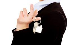 Biznesowej kobiety agenta nieruchomości mienia klucze Obraz Royalty Free
