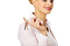 Biznesowej kobiety agenta nieruchomości mienia klucze Fotografia Stock
