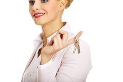 Biznesowej kobiety agenta nieruchomości mienia klucze Zdjęcie Royalty Free