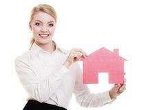 Biznesowej kobiety agenta nieruchomości papieru dom Fotografia Stock