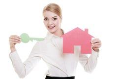 Biznesowej kobiety agenta nieruchomości papieru domu klucz Obrazy Royalty Free