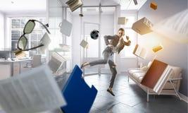 Biznesowej kobiety bawić się footbal w biurze obrazy stock