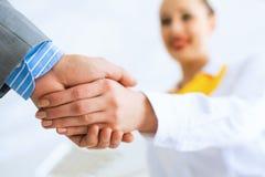 Biznesowej kobiety chwiania ręki z klientem Zdjęcia Stock